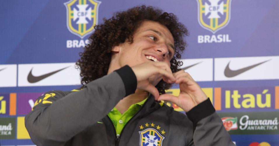 David Luiz faz coração durante entrevista da seleção na Granja Comary