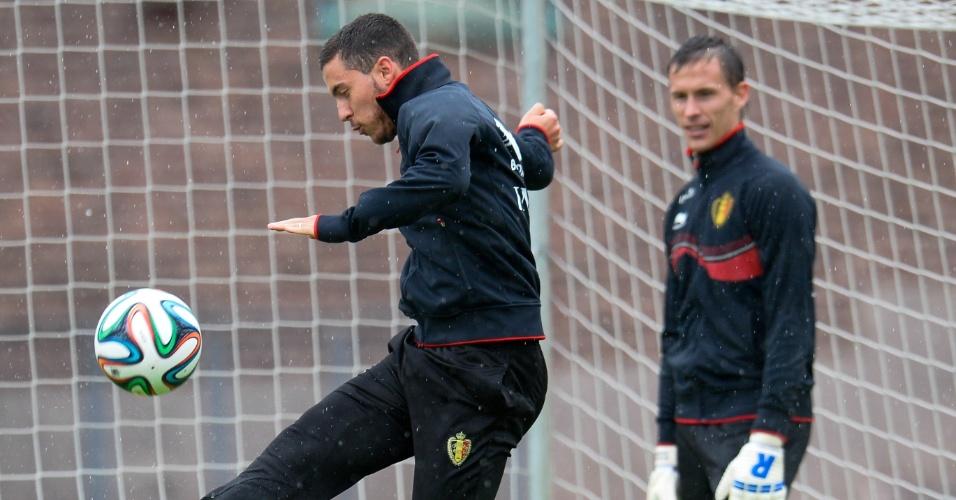 Eden Hazard se prepara para chutar bola durante coletivo da seleção belga em Estocolmo
