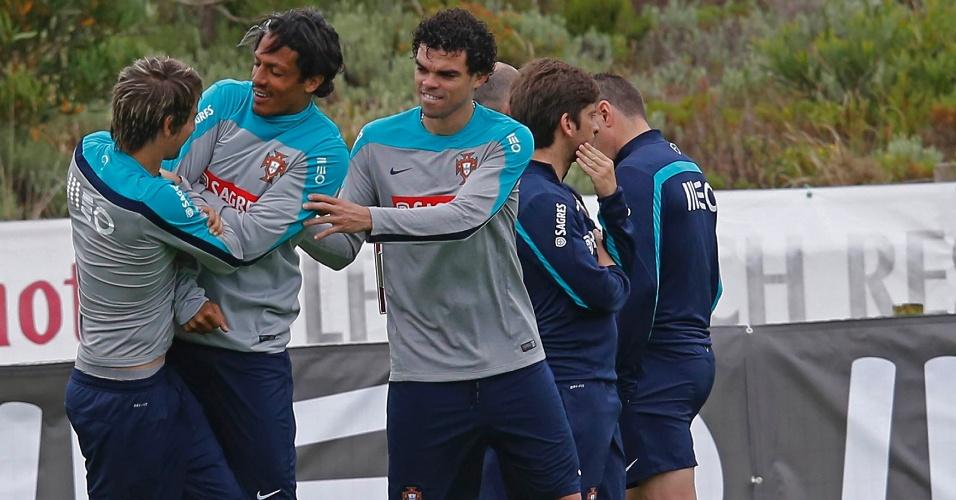 Fabio Coentrão, Bruno Alves e Pepe brincam em treinamento da seleção portuguesa em Obidos
