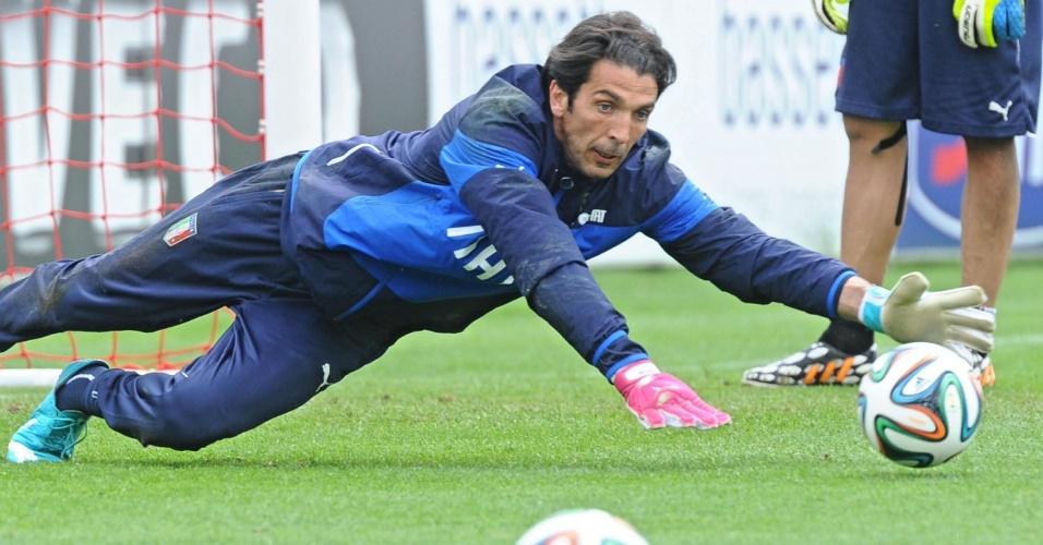 Gianluigi Buffon tenta agarrar bola em treino da seleção italiana em Florença