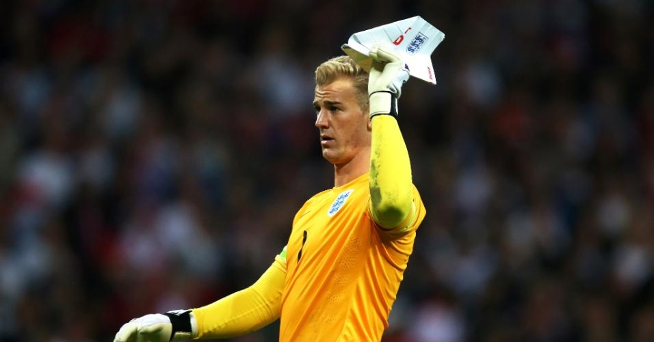 Goleiro da Inglaterra, Joe Hart joga avião de papel durante amistoso contra o Peru