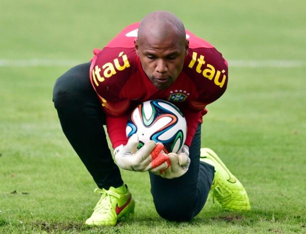 Goleiro Jefferson faz defesa durante o treino da tarde da seleção brasileira na Granja Comary