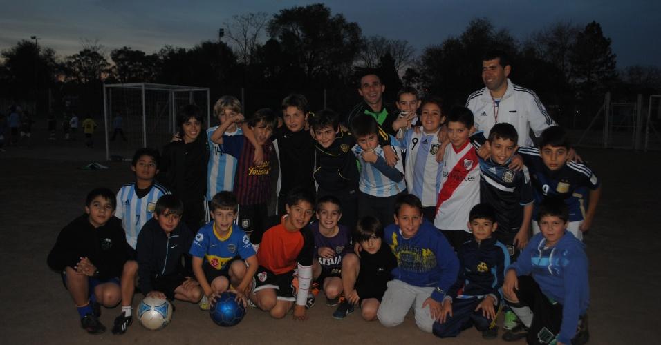 Grupo de alunos da escolinha de futebol do Clube Independiente de Escobar, em Buenos Aires