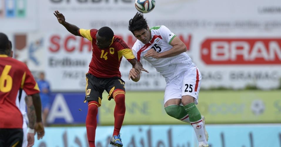 Iraniano Reza Haghighi disputa bola com angolano Vado em amistoso em Hartberg, na Áustria.