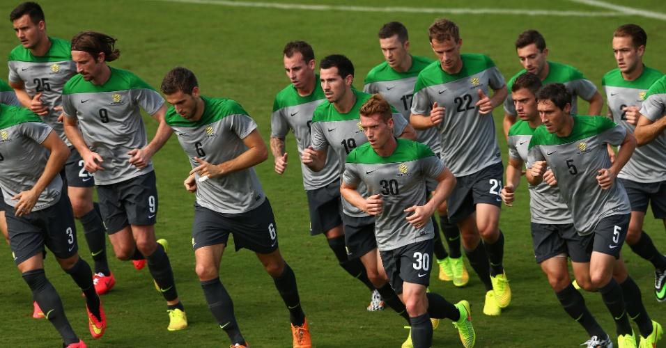 Jogadores da seleção australiana fazem aquecimento em treino no estádio da Desportiva, em Vitória