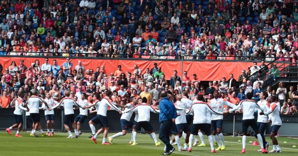 Jogadores holandeses fazem aquecimento antes de coletivo da seleção em Roterdã