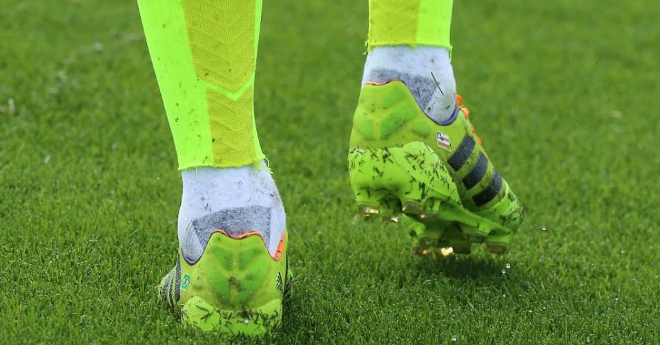 Jogadores levam para a seleção uma mania dos boleiros: cortam os pés dos meiões fornecidos pelas patrocinadoras para usarem uma meio comum que, segundo eles, dá mais estabilidade para jogar; Daniel Alves é um deles