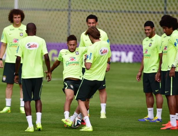 Jogadores participam do treino da tarde da seleção brasileira na Granja Comary
