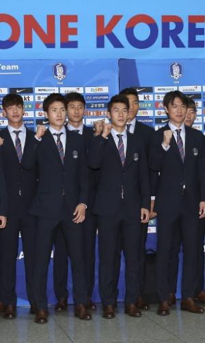 Jogadores sul-coreanos se despedem em Aeroporto Internacional de Incheon, de onde vão treinar nos Estados Unidos