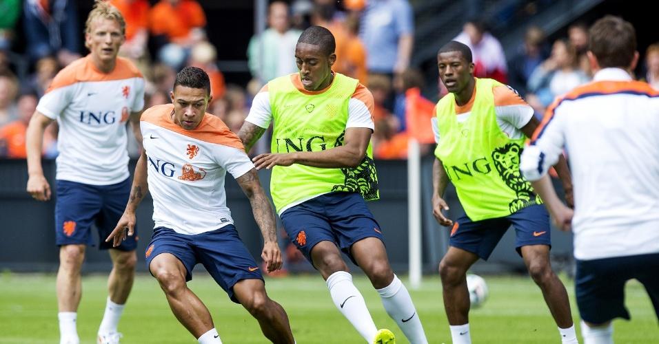 Leroy Fer tenta tomar bola de Memphis Depay em coletivo da equipe holandesa em Roterdã