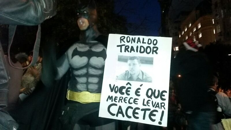 Manifestante se veste de Batman em protesto contra a Copa no Rio de Janeiro e dispara contra Ronaldo