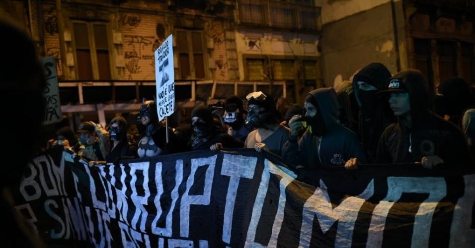 Manifestantes caminham em direção para a prefeitura do Rio de Janeiro em protesto anticopa
