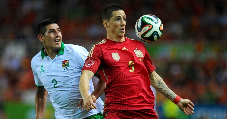 Marcado, Fernando Torres tenta dominar a bola durante amistoso da Espanha