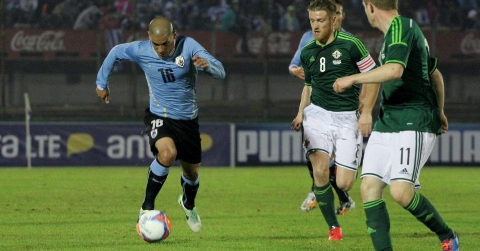Max Pereira, do Uruguai, tenta deixar a marcação da Irlanda do Norte para trás