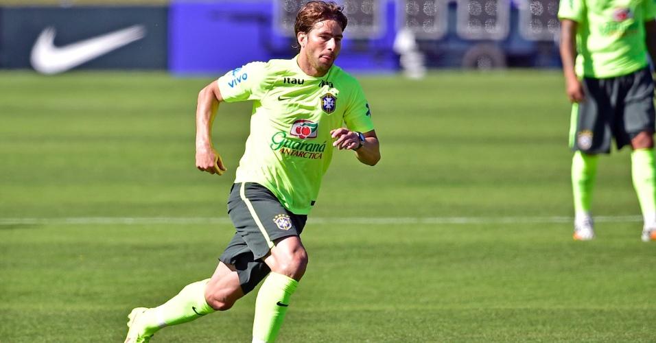 Maxwell domina bola em treino da seleção brasileira em Teresópolis