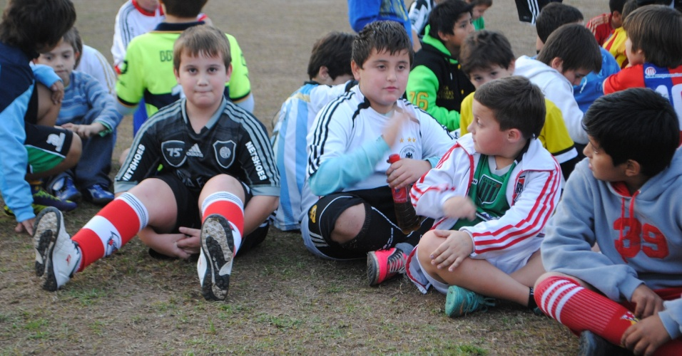 Meninos de 4 a 17 anos sonham em ser Messi e dizem que não há chances para o Brasil na Copa