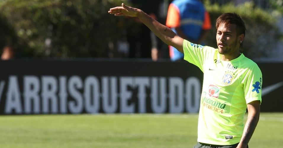 Neymar aguarda sua vez para treino de finalização em Teresópolis