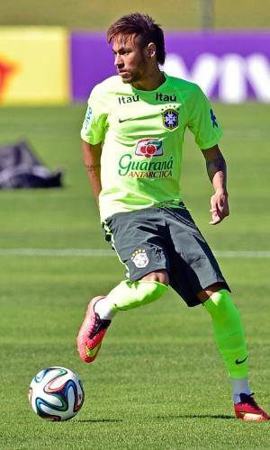 Neymar ajeita bola no terceiro dia de treino com bola em Teresópolis