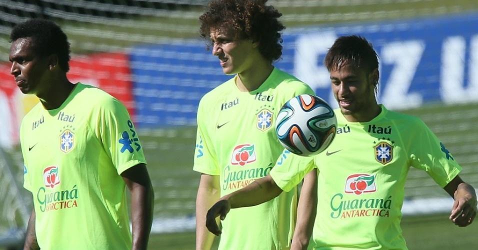 Neymar brinca com a bola em treino da seleção nesta sexta
