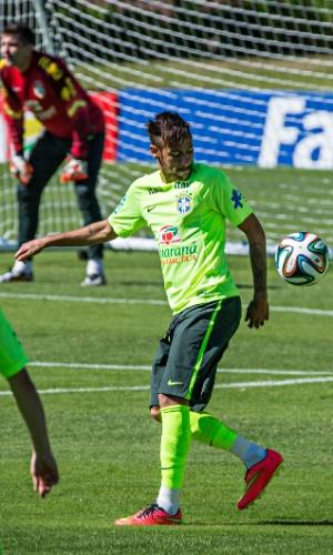 Neymar toca de calcanhar no treinamento desta sexta da seleção