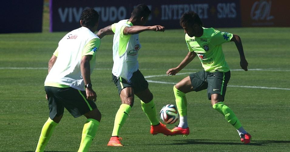 Neymar tenta drible durante atividade em Teresópolis