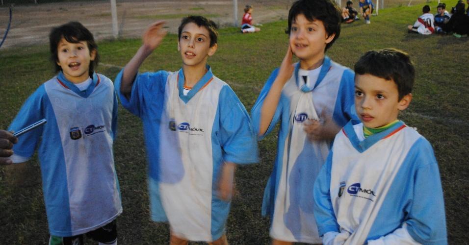 No grupo de 8 anos de idade, colegas se unem e cantam pela Argentina como se estivessem no gramado