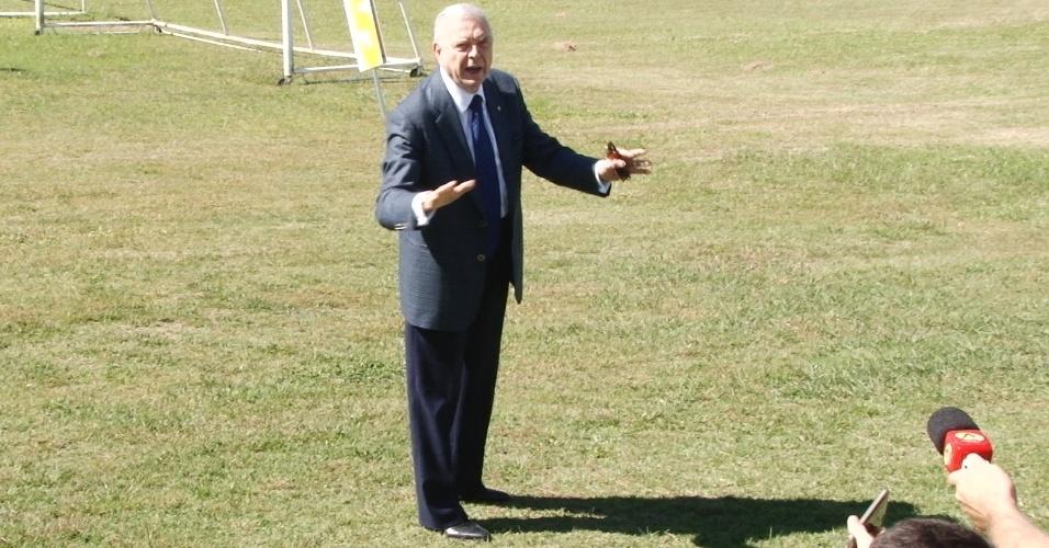O presidente da CBF, José Maria Marin, fala com jornalistas após chegar de helicóptero à Granja Comary