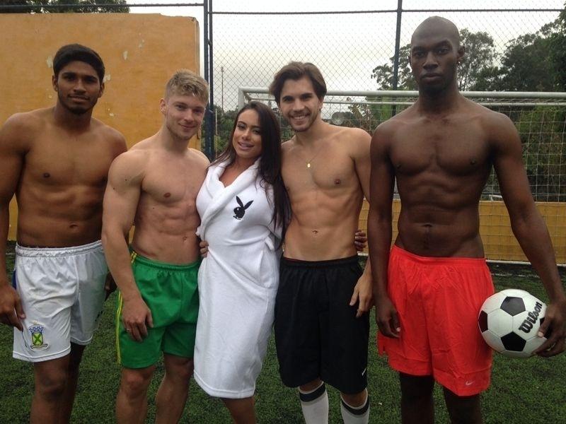 Patricia Jordane posa ao lado de modelos para a revista Playboy