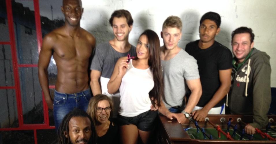 Patricia Jordane posa para fotos ao lado de jogadores do Santo André com quem fez ensaio para a Playboy