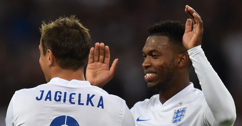 Phil Jagielka comemora seu gol pela Inglaterra sobre o Peru com Daniel Sturridge