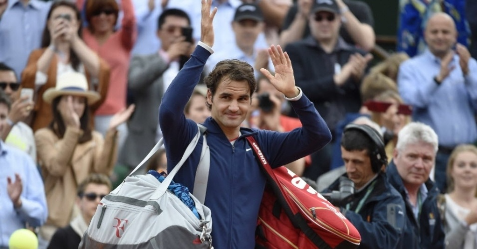 Roger Federer acena para a torcida após vencer Tursunov por 3 sets a 1