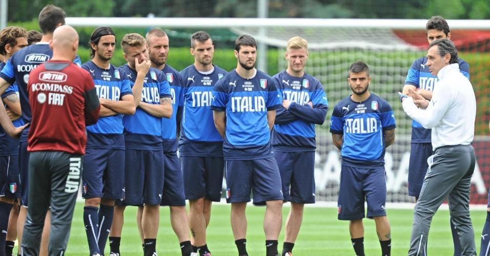 Técnico Cesare Prandelli conversa com jogadores em treinamento da seleção italiana em Florença