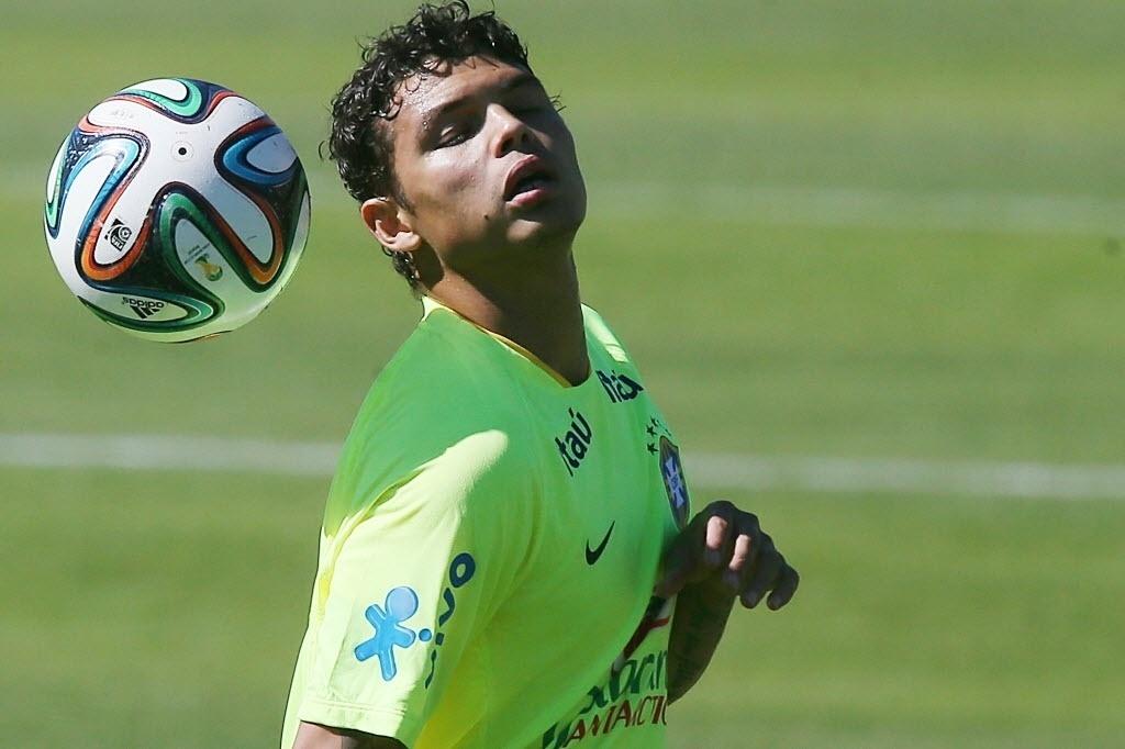Thiago Silva treina reposição de bola para o meio-campo
