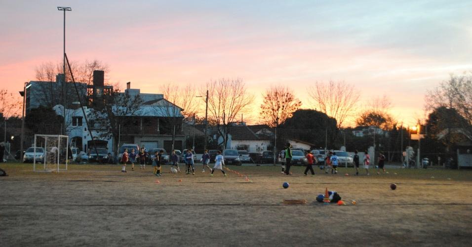 Três vezes por semana, os 200 alunos da escolinha do Clube Independiente de Escobar treinam e sonham em ser jogadores de sucesso