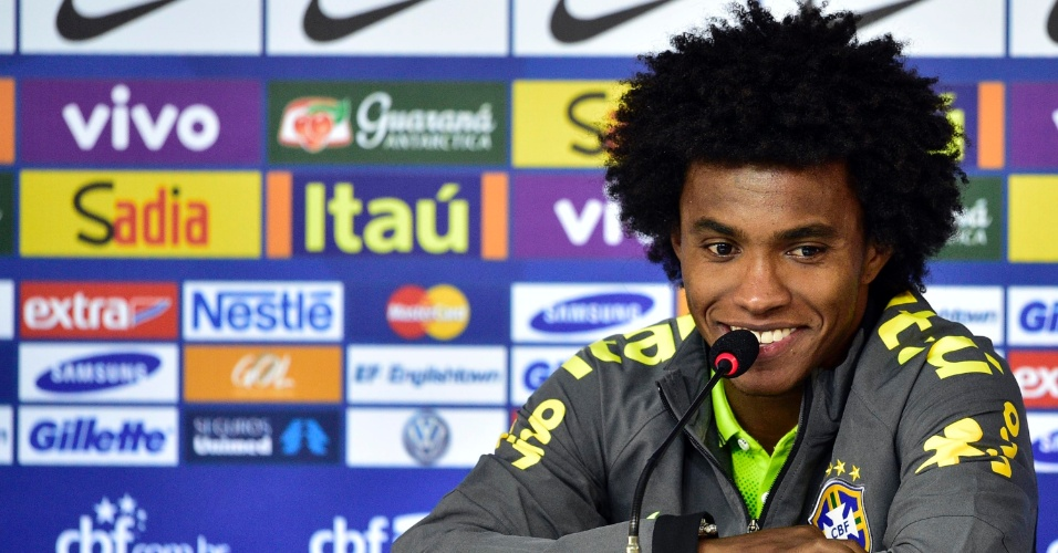Willian fala com a imprensa durante coletiva na Granja Comary