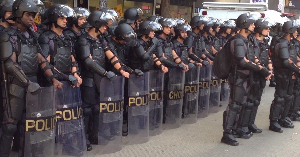 31.mai.2014 - Policiais usam roupa especial pela primeira vez em protesto contra a Copa do Mundo, em São Paulo