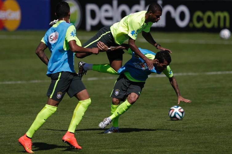 (31/05/2013) Fernandinho e Daniel Alves dividem em treino da seleção