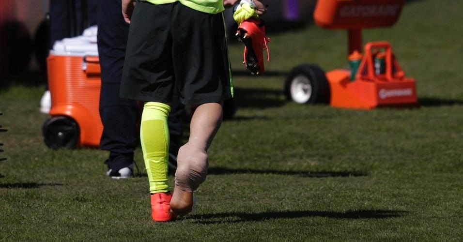 (31/05/2014) Bernard deixa treino da seleção brasileira fazendo tratamento no tornozelo direito