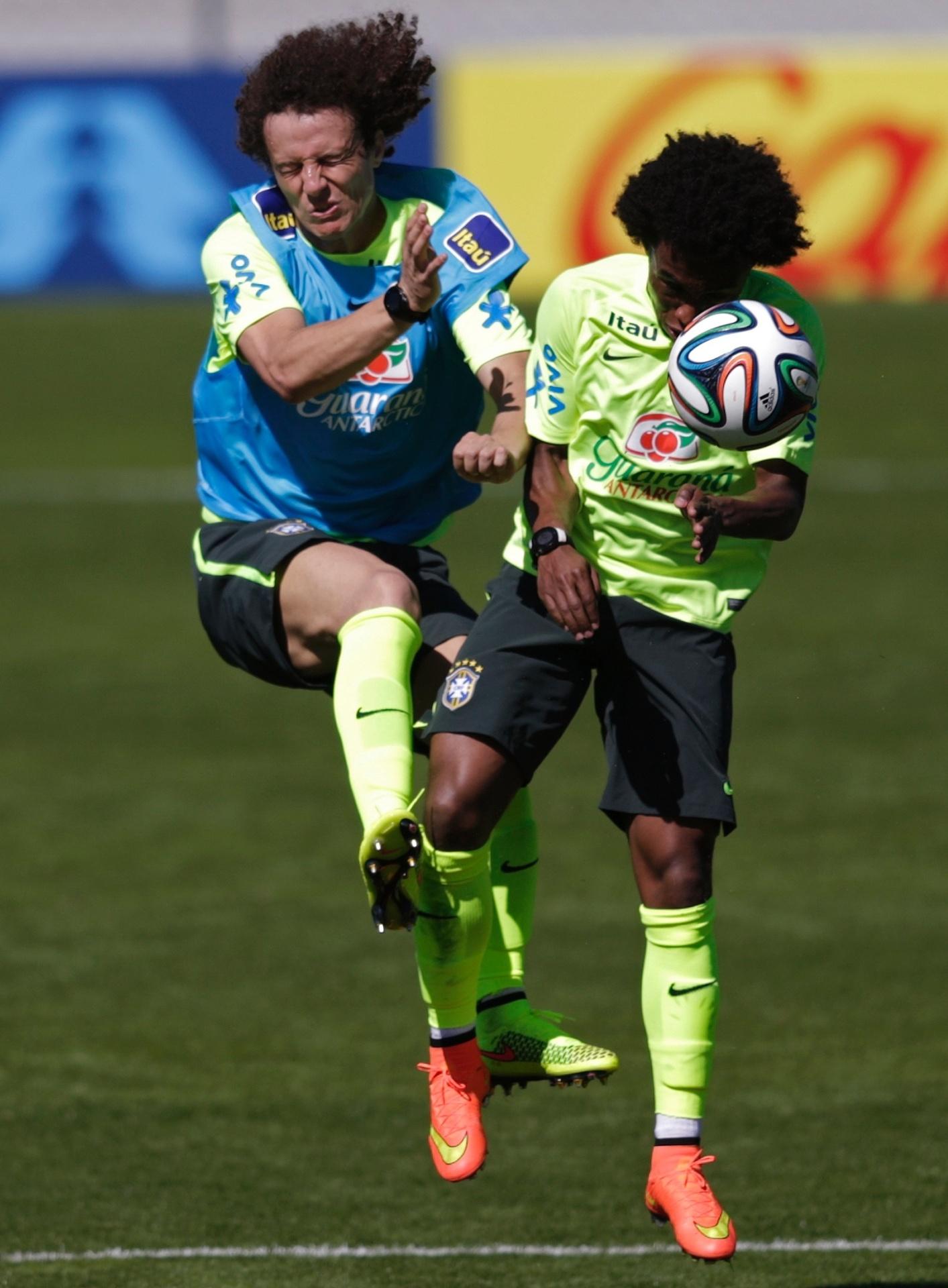 (31/05/2014) David Luiz e Willian disputam bola no alto em treino da seleção brasileira