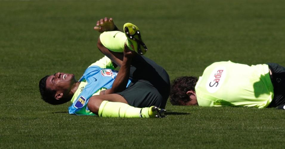 (31/05/2014) Paulinho e Bernard ficam caídos após dividida em treino da seleção brasileira