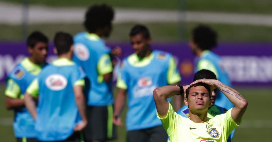 (31/05/2014) Thiago Silva reage durante treino, com os titulares da seleção as suas costas