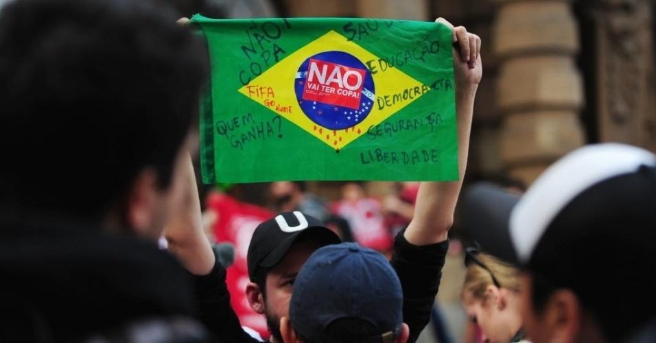 31.mai.2014 - Bandeira do Brasil é levantada durante protesto contra a realização da Copa do Mundo