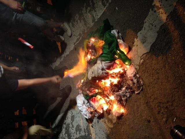 31.mai.2014 - Bandeira do Brasil é queimada durante protesto contra a Copa do Mundo em São Paulo