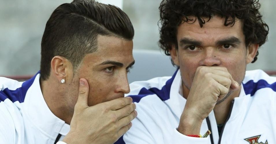 31.mai.2014 - Cristiano Ronaldo e Pepe conversam no banco de reservas, durante empate de Portugal com Grécia por 0 a 0