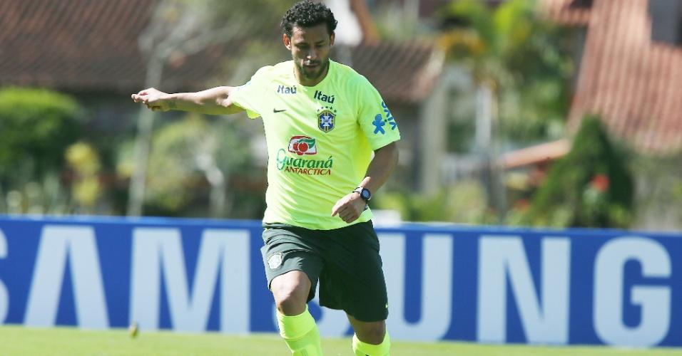 31.mai.2014 - Fred arma o chute em treinamento da seleção brasileira