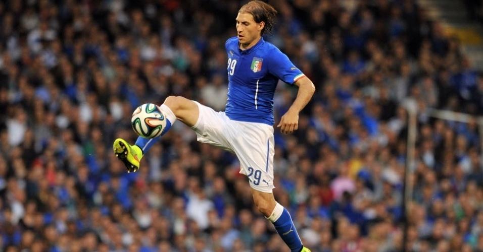 31.mai.2014 - Gabriel Paletta domina bola em amistoso da Itália contra Irlanda