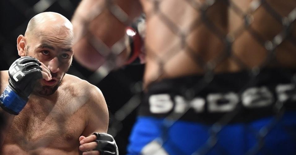 31.mai.2014 - Gasan Umalatov aguarda oportunidade para golpear o brasileiro Paulo Thiago Caveira