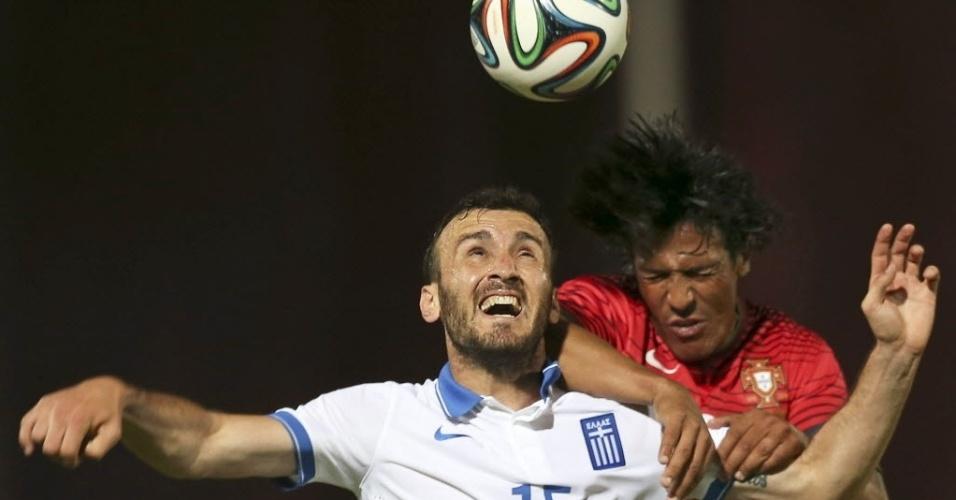 31.mai.2014 - Grego Vassilios Torosidis disputa bola com o português Bruno Alves durante amistoso