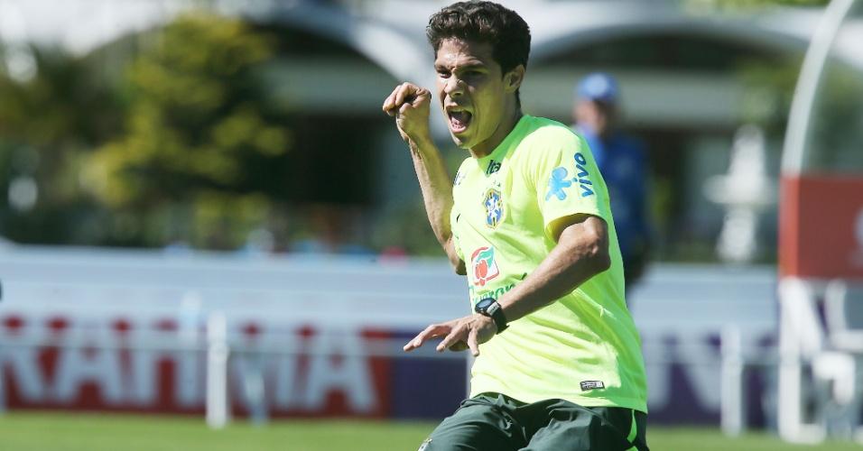 31.mai.2014 - Hernanes tenta em treinamento do Brasil na Granja Comary