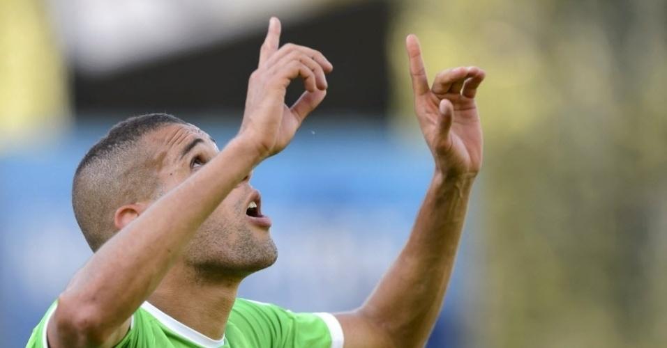31.mai.2014 - Islam Slimani comemora após marcar terceiro gol na vitória da Argélia sobre a Armênia, por 3 a 1